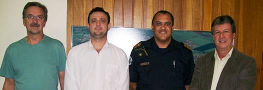 Apoio – Comandante Luiz Roberto Cardoso (2º, à direita), prefeito Paulo Guiselini, Luciano Garcia e Edson Franco, após reunião sobre formação da GCM. (Foto: Divulgação/Prefeitura)